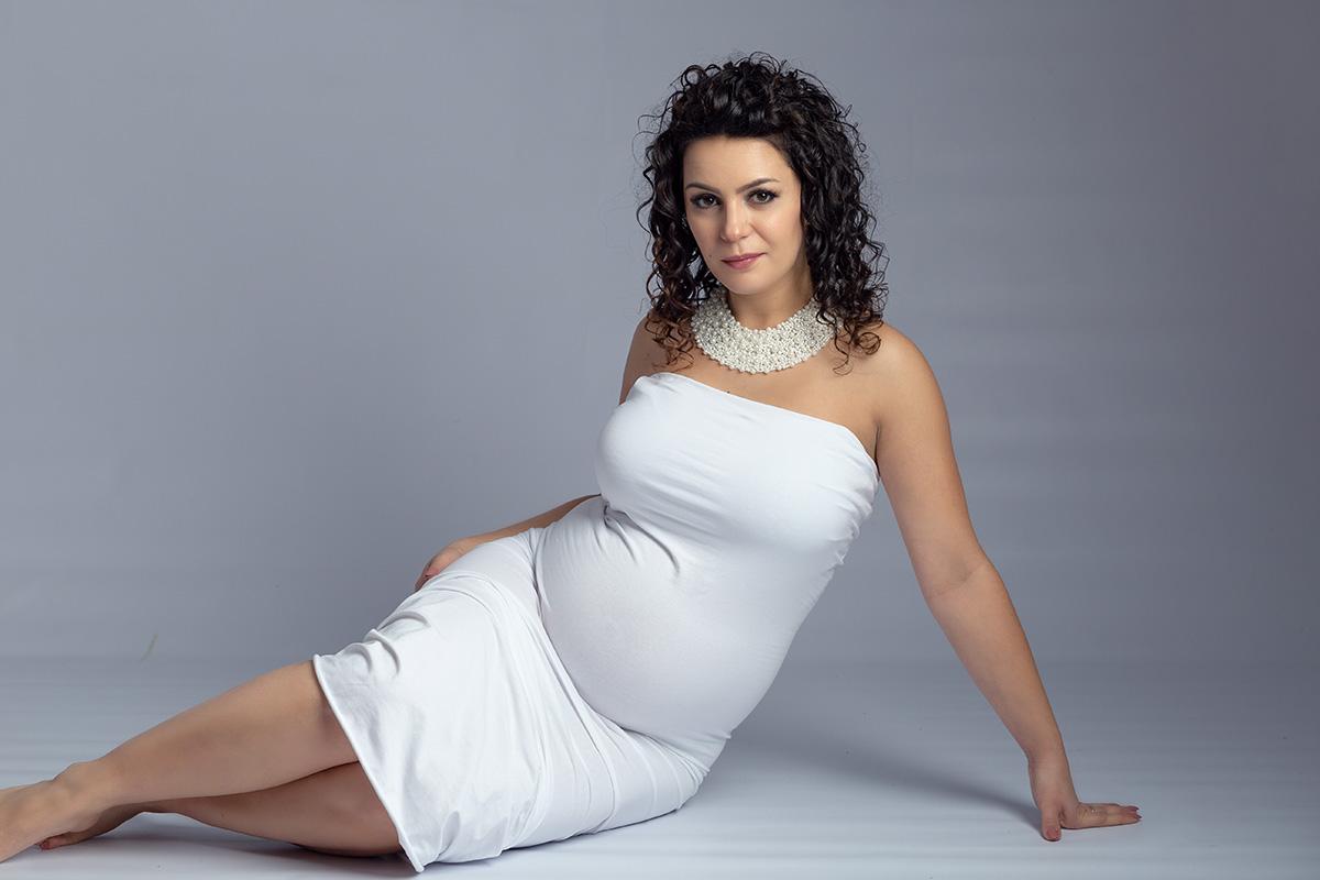 Kobieta podczas sesji kobiecej ciążowej